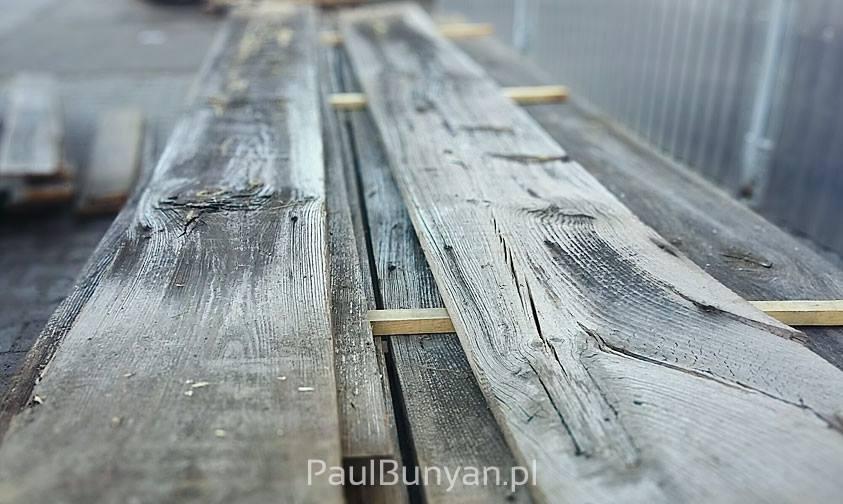 Dosuszone szare deski ze starego drewna